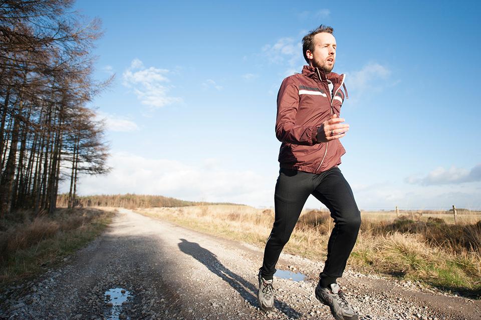 чоловік біжить