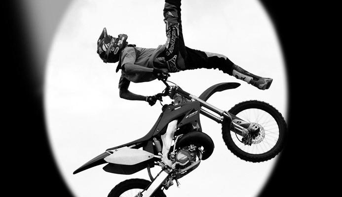 мотоцикл у повітрі