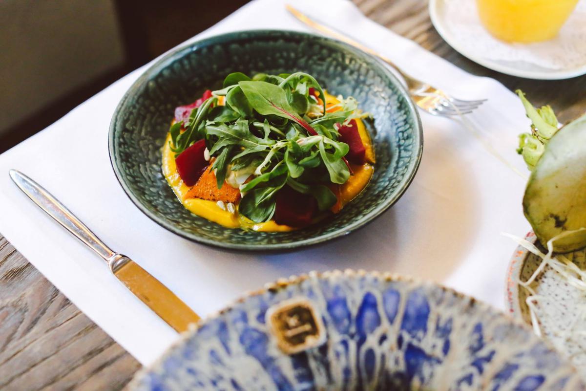 Салат із гарбузом, маринованими баклажанами та соусом із соняшникового насіння