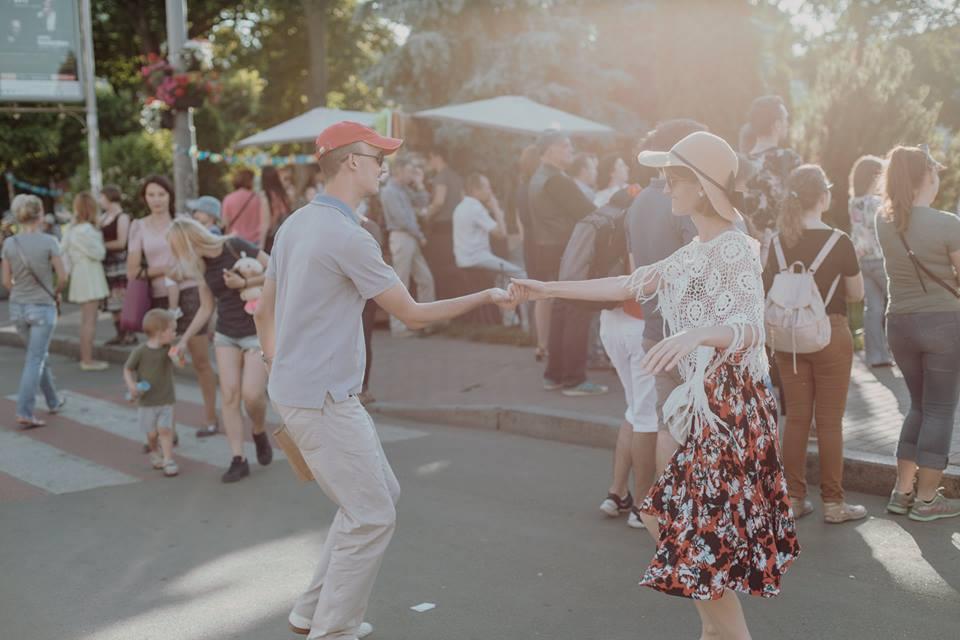 люди танцюють