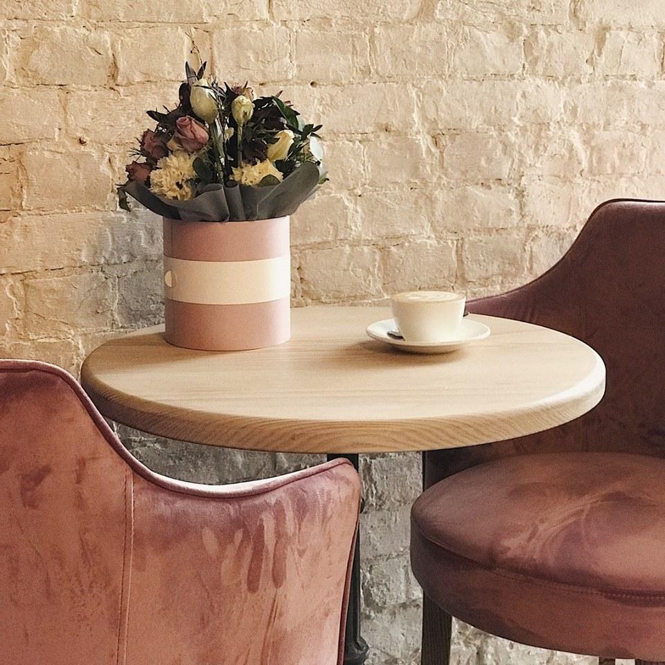 кава на столику