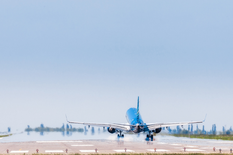 самолет злітає