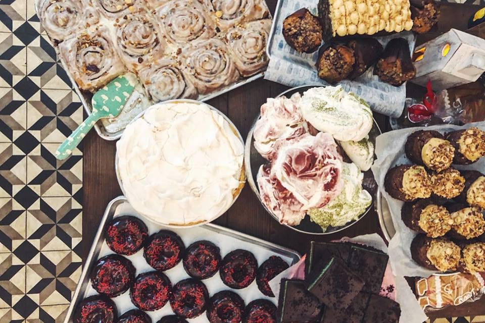 різні десерти та випічка