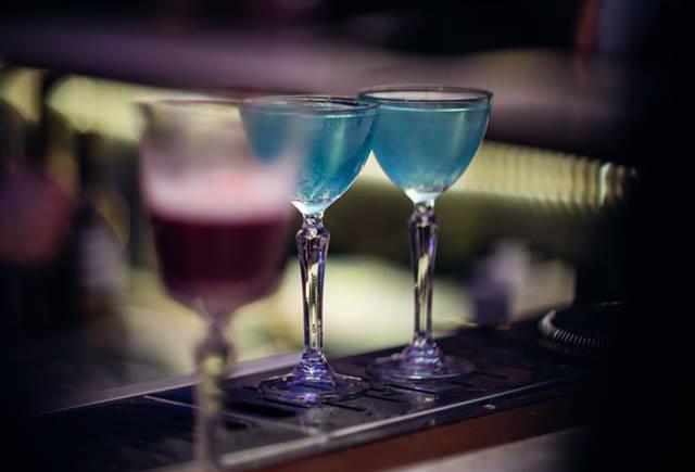 дві рюмки з блакитним напоєм