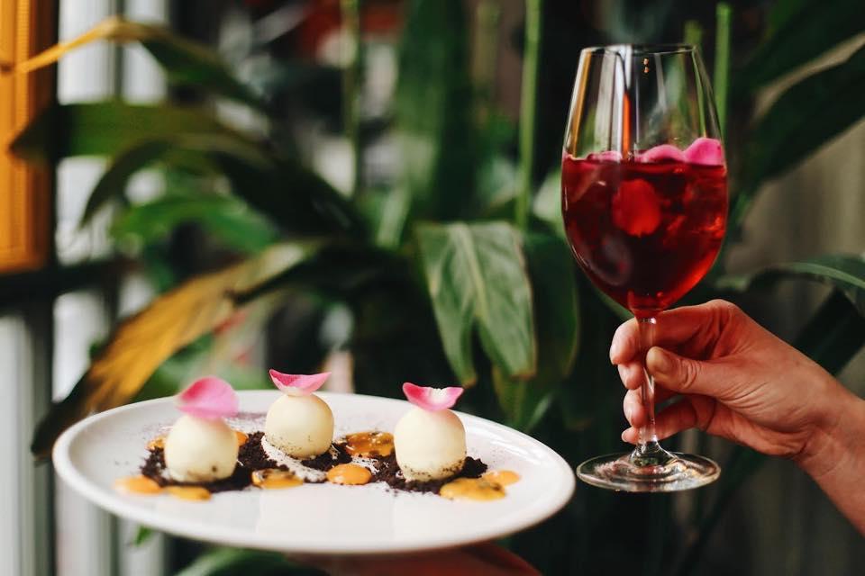 десерт та бокал з напоєм Де поїсти вночі: ресторани Києва, які працюють цілодобово