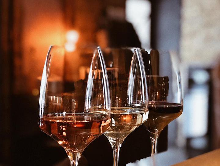 три бокали з вином