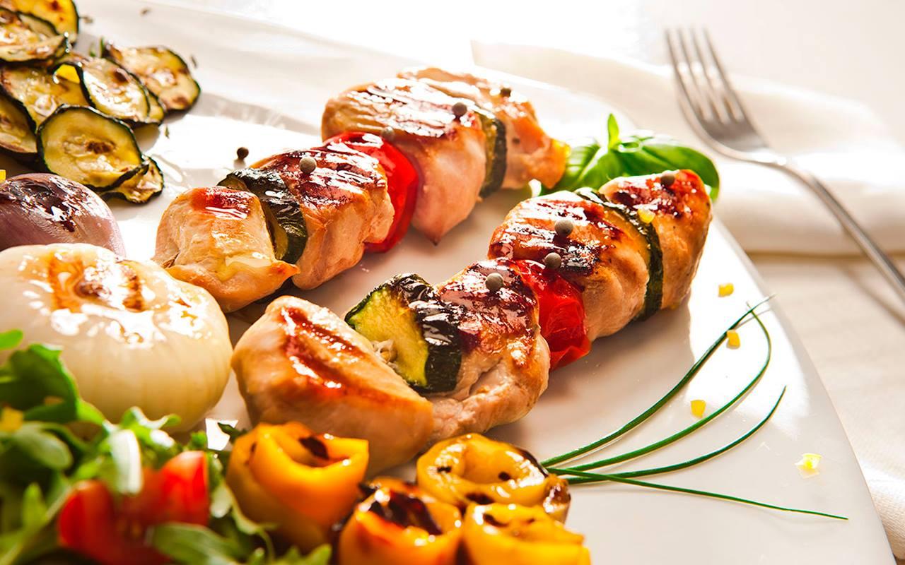 шашлик з м'ясом та овочами