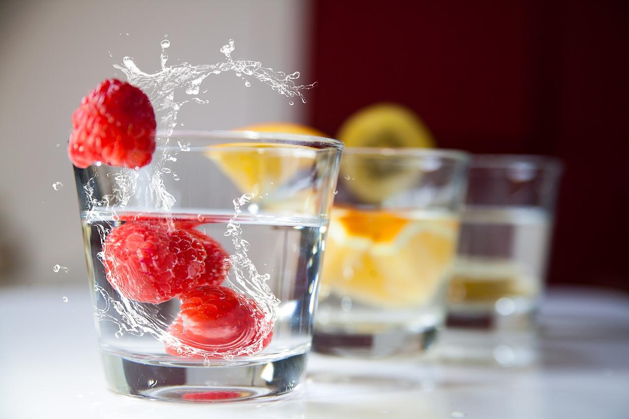малина у стакані з водою