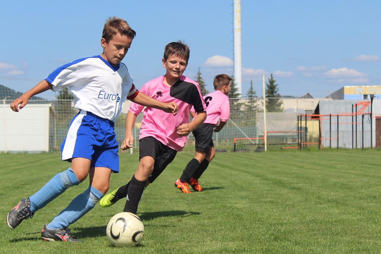 діти грають у футбол